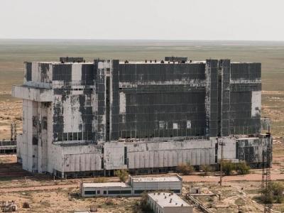 Заброшенный ангар возле космодрома Байконур