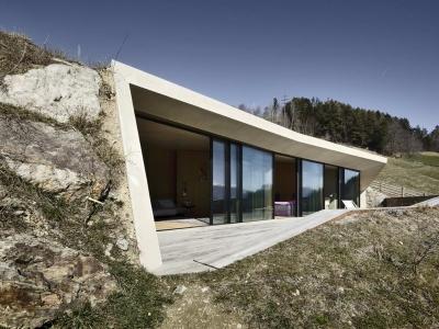 Уютный домик внутри холма