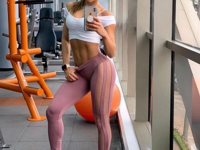Спортивные штаны на упругих ягодицах